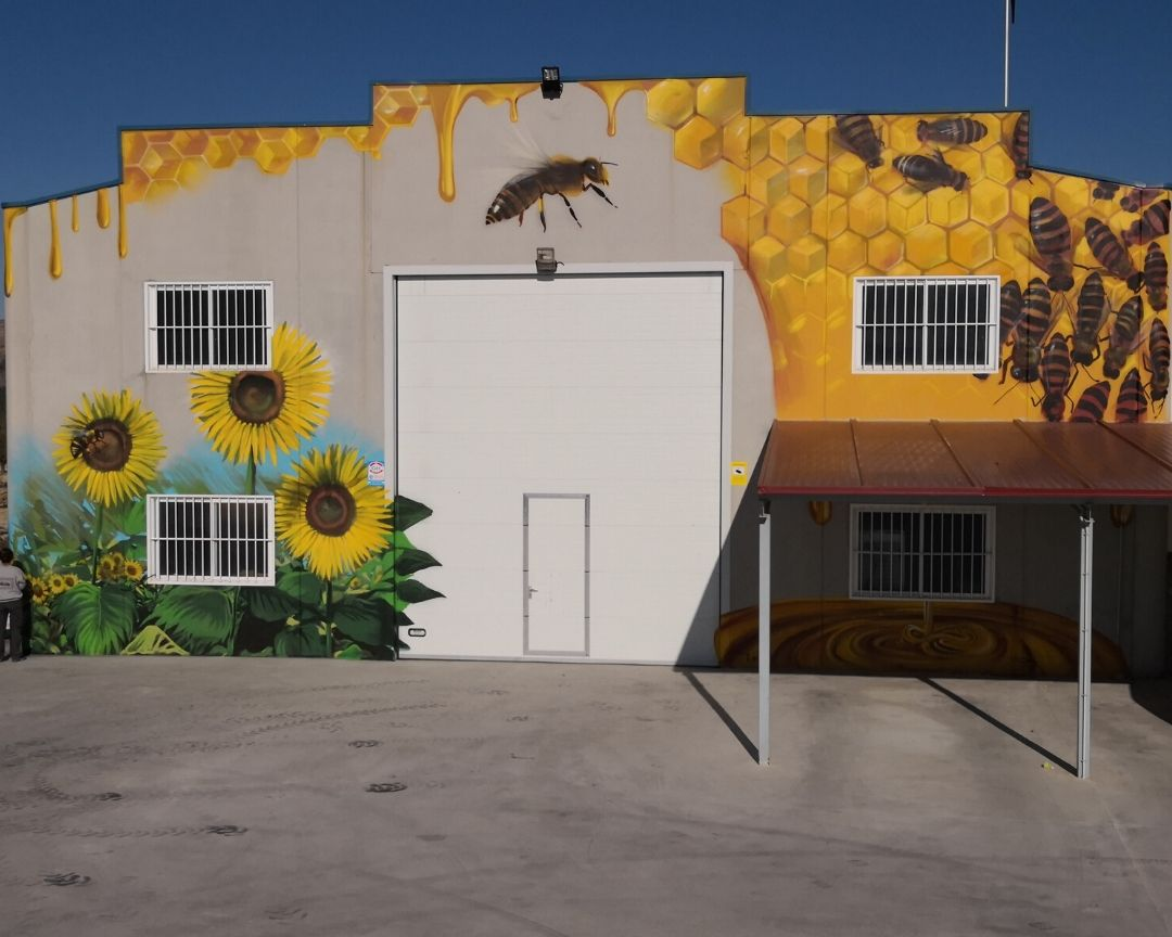 mural fachada nave apicultura