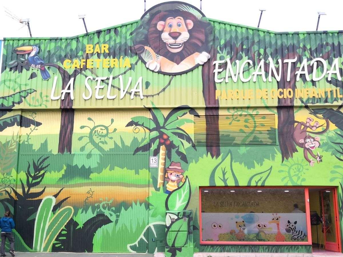 mural selva encantada fachada infantil